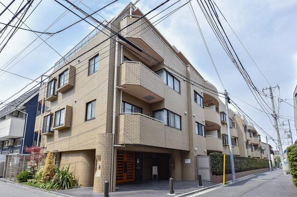 平成3年10月建築、4階建ての低層レジデンス。閑静な住環境に立地