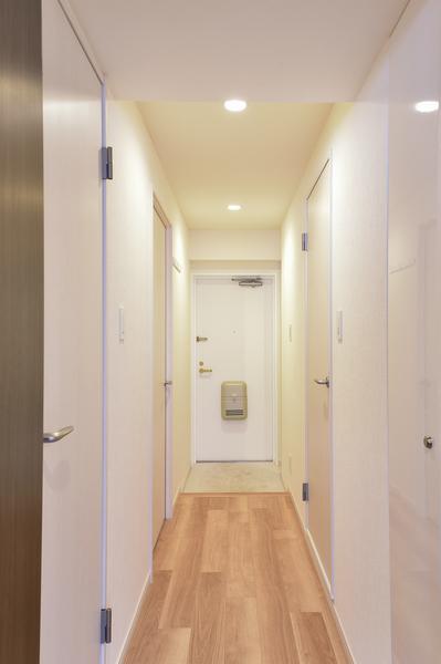 玄関にはお出かけ前の身だしなみチェックができる姿見鏡付シューズラックを設置。