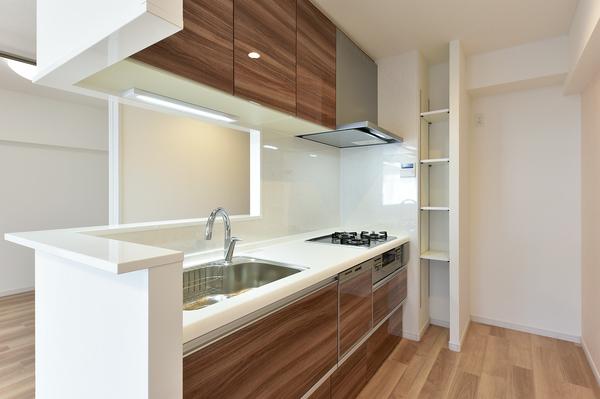 食器洗浄機やタッチレス水栓を備えたグリル付き3口コンロのシステムキッチン。