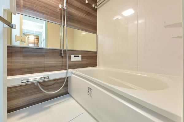 魔法瓶浴槽や断熱構造の床を採用の浴室乾燥機付の浴室。