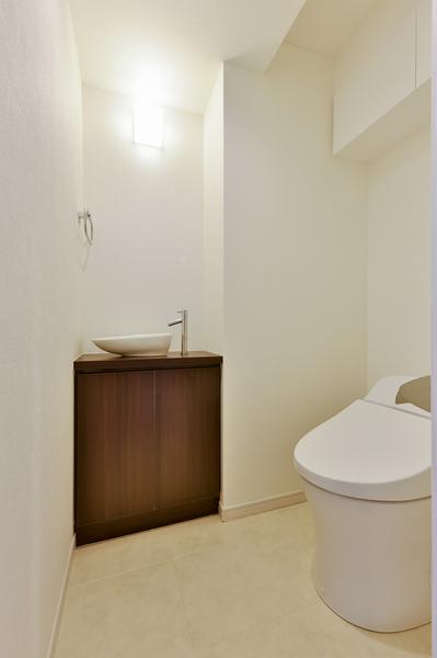 三面鏡裏収納付の独立洗面化粧台。すべり台ボウル採用でいつもキレイにご使用いただけます。