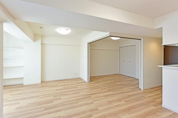 洋室の扉を開放すると広々としたリビングとしてご使用いただけます。