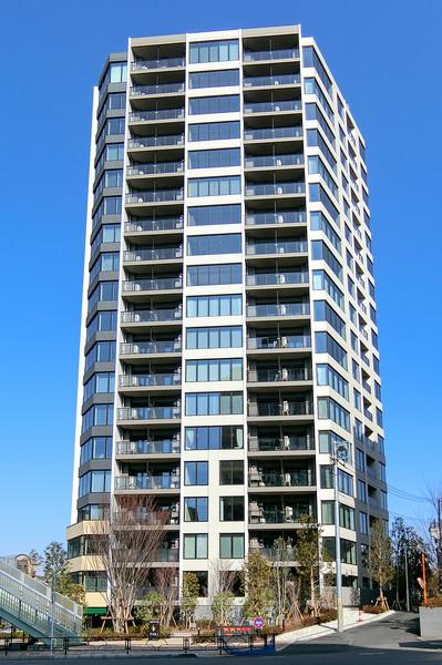 ガラス面を多用したマンション外壁。澄んだ空が映し出され美しいフォルムとなります。