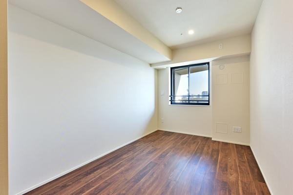 7帖を超える洋室は東向きに窓を備えておりますので、日照・眺望良好な室内です。