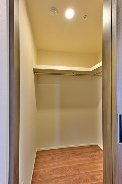 約7.6帖の洋室にはWICを備えておりますので、お洋服はもちろん、大きな荷物も片付け可能です。