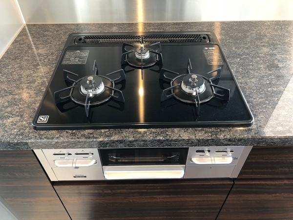 無水両面焼きグリル付きガラストップコンロ。お料理の効率が上がる3口コンロとなります。