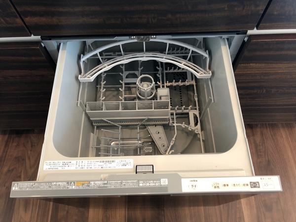 システムキッチン一体型の食器洗浄乾燥機。