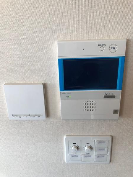 急な訪問者でも安心のTVモニター付インターホンを設置。