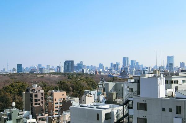 代々木公園を庭にする魅力的なロケーション。東京タワーや東京スカイツリーも見渡せる贅沢な眺望。