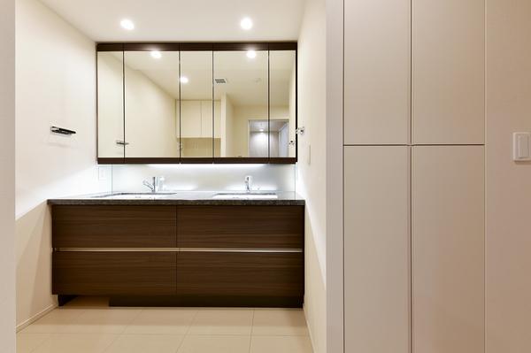 2ボウルの独立洗面化粧台。ワイドミラー裏・リネン庫・2ボウル下には大容量の収納スペースを確保。