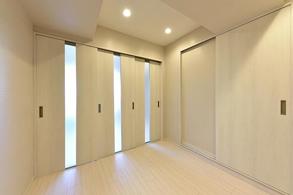 磨りガラスから光が差し込むダイニングキッチン。城を基調とした清潔感のある室内です