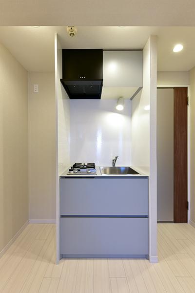 2口コンロ付のシステムキッチン。冷蔵庫置き場も備えております。