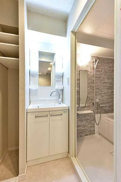 独立洗面台の他に、タオルや水回り用品の収納に便利なリネン庫を備えた洗面室