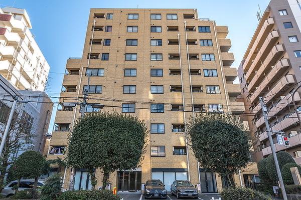 新宿エリアに佇む10階建マンション。利便性の良い立地です。