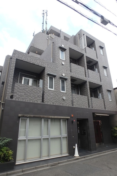 平成19年築、グレーのタイル貼り外観が特徴のマンションです。