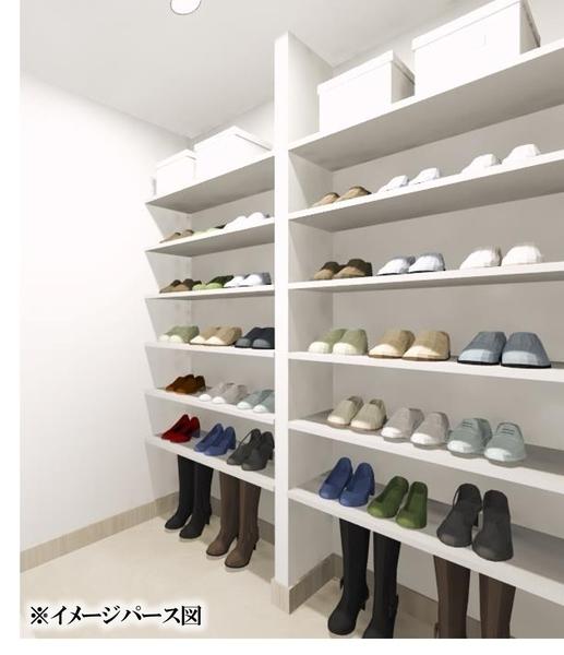 ロングブーツなどのかさばる靴はもちろん、アウトドア用品も収納可能なシューズインクロークを設置。