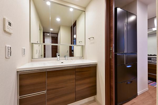 廊下からもキッチンからも行き来できる動線良好のウォークスルー洗面室