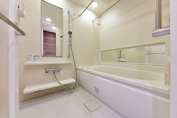 ボタンひとつでお湯張りから足し湯まで操作可能なフルオートバスの手摺付浴室
