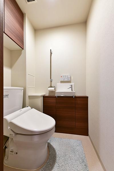 お手入れの手間を軽減するフチ無し形状の節水型トイレ
