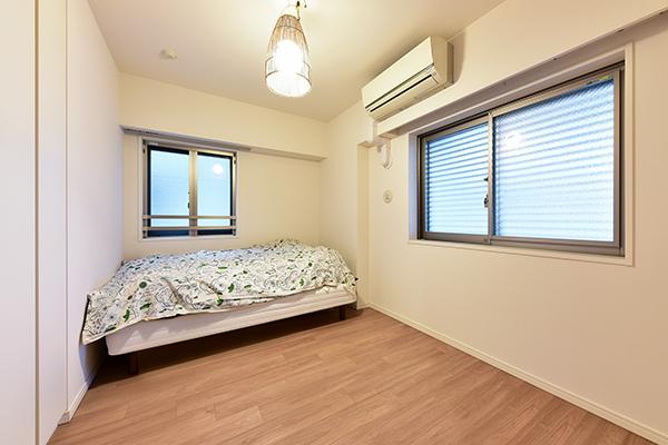 2面に窓を設けた通風良好な洋室。6帖超えのゆとりある空間。