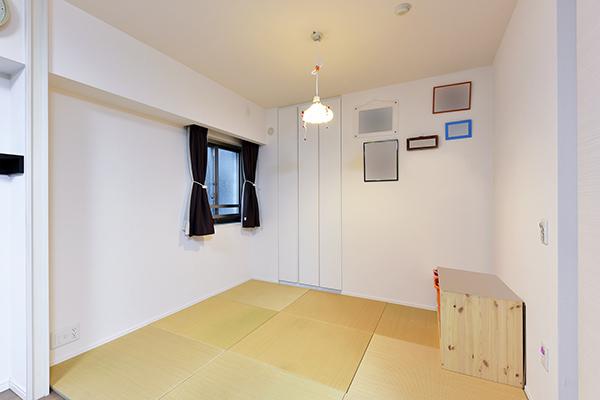 南側に窓を設けた洋室 ※フローリングのお部屋となります