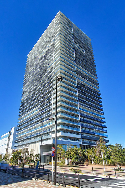建物外観/地上33階建て超高層免震タワーマンション。