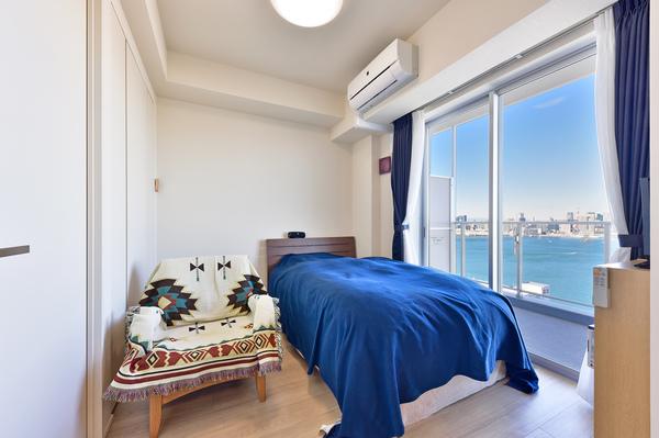 引き戸を採用した約5.1帖の洋室/写真左手前は洗面浴室に通じる扉、左奥はクロゼット収納。