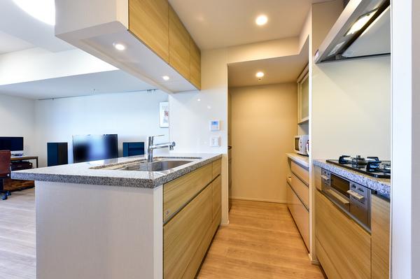 約3.4帖のキッチン/シンク上部吊戸棚・使い易い導線のシンク背面に3口コンロ/ディスポーザー付。