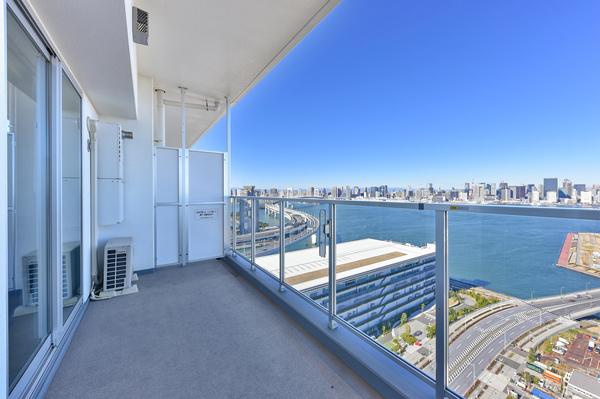 30階住戸バルコニー/ガラスパネル仕様の為、開放感があります。