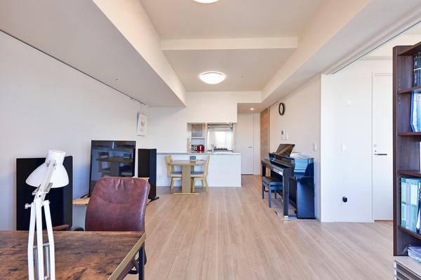 約11帖のリビングダイニング/床暖房・ピクチャーレール・壁掛けエアコンあり。