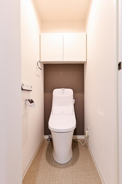 ウォシュレット一体型トイレ。上部吊戸棚収納付