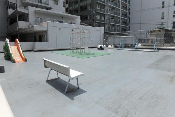 マンションの2階屋上には「児童遊園」があります。都心生活での憩いのスペースです。