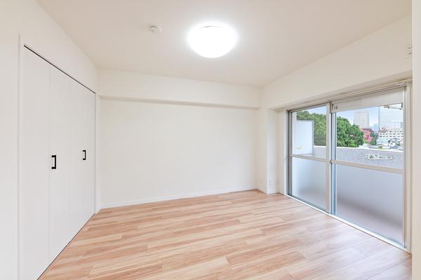洋室(約5.7帖)には大型クローゼットを設置
