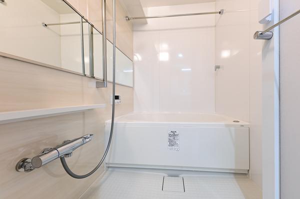 サイズはゆったり1 200mm×1 800mm/横長ワイドミラー/浴室換気暖房乾燥機/追焚き機能付き