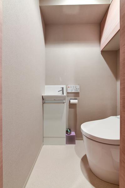 【トイレ】スマートなデザインの、タンクレストイレ