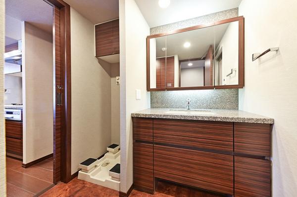 天然御影石のキッチン天板は、使い勝手が良いフラットタイプ。L字型対面カウンターキッチン約3.8帖