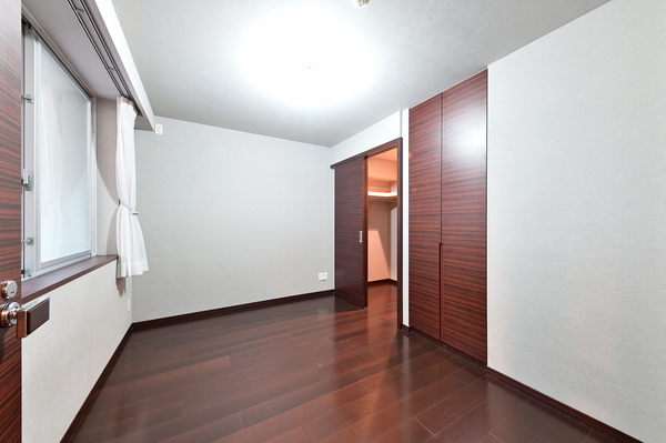 手摺りや吹抜けに面し通風採光に便利な窓。上部吊戸棚&暖房洗浄機能付便座