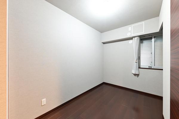 お部屋の扉や収納の扉は天然木の突板仕様。廊下脇のニッチは絵画を飾れるようダウンライト仕上げ。