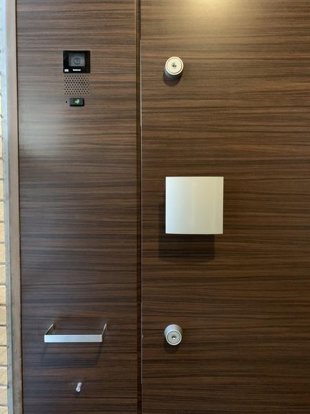玄関扉は安心のダブルロック錠+玄関前カメラ付インターホン+玄関扉防犯センサー付