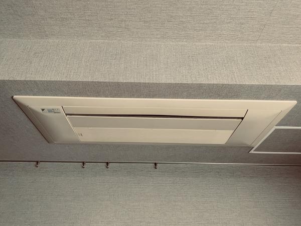 リビングダイニングには、すっきり天井埋埋込式のビルトインエアコン
