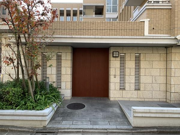 【「ブリリア新宿余丁町」駐輪場出入口】セキュリティーに配慮された安心のオートロック式オートドア