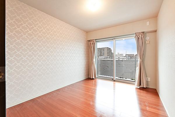 一面のみデザインクロスをあしらった約7帖の主寝室。
