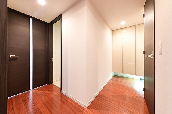 廊下も幅が広く、壁に手すり用下地を設置。