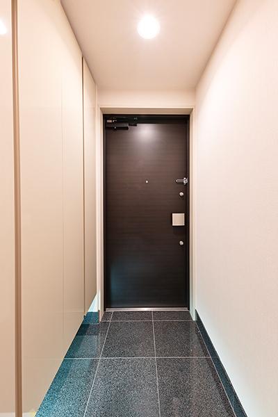 玄関には人感センサー付きスイッチを採用。