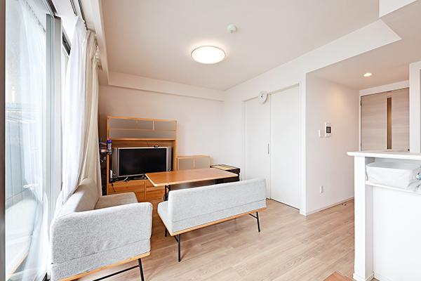 足元からほこりを巻き上げずに室内を暖める床暖房あり。