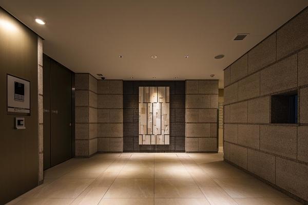 落ち着いた空間の風除室。