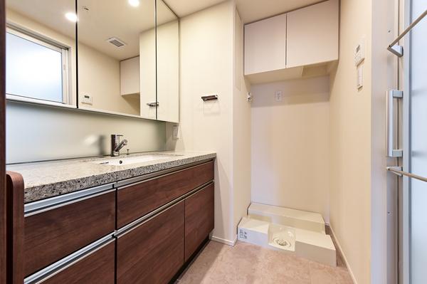 キッチンと同じ素材を使用した洗面カウンター。もちろん鏡裏収納もございます。