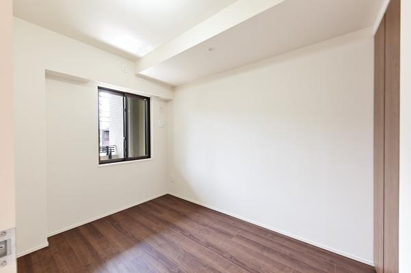 リビングとウォールドアで区切られている約4.5帖の洋室。
