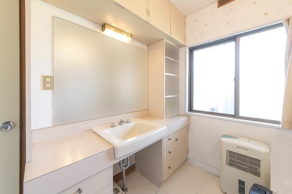 収納豊富!窓付、スペースゆったりの洗面室