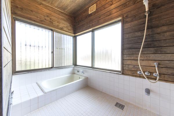 大きな窓の2面採光!ゆったり浴室でリラックス!